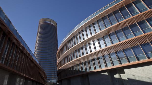 Torre Sevilla y los dos edificios podios donde irá un centro comercial