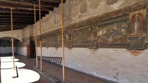 Vista del lamentable estado de las pinturas murales del XVI del deambulatorio alto, con zonas apuntaladas