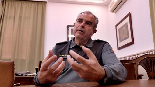 Un momento de la entrevista concedida por el general en su despacho de Eritaña