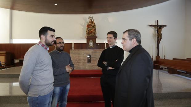 Dos seminaristas con el rector Antero Pascual y el director espiritual del seminario menor, Manuel Jiménez