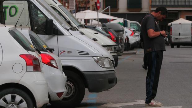 Un gorrilla repasa sus ganancias en una calle del centro