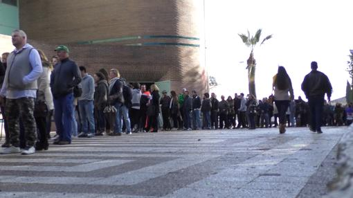 Cola de gente esperando para participar en una selección de figurantes
