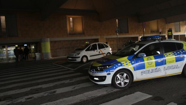 La Policía Local está desplegada desde febrero en la parada de taxis del aeropuerto