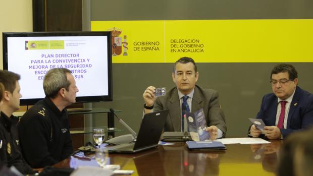 El delegado del Gobierno, Antonio Sanz, introdujo la sesión formativa que recibieron los periodistas
