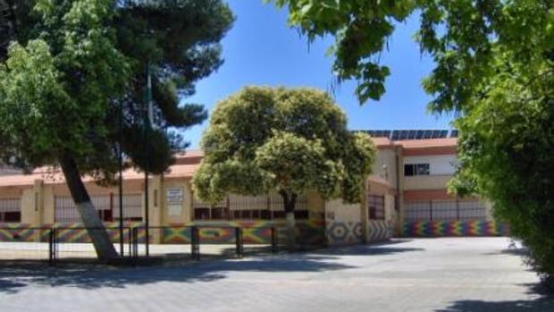Entrada del colegio donde los padres de un grupo de alumnos han dejado de llevar a sus hijos a clase