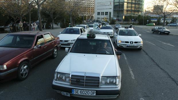 Parada de taxis en la estación de trenes de Santa Justa