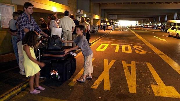 Turistas esperan en la zona habilitada para taxis del aeropuerto de San Pablo