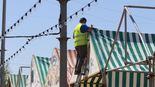 Muchas de las casetas de la Feria de Sevilla ya tienen las lonas colocadas