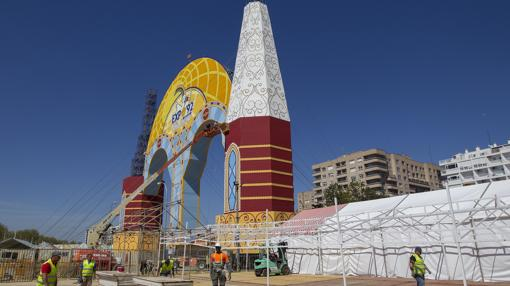 Estado de la portada de la Feria de Sevilla a un mes del comienzo de la celebración