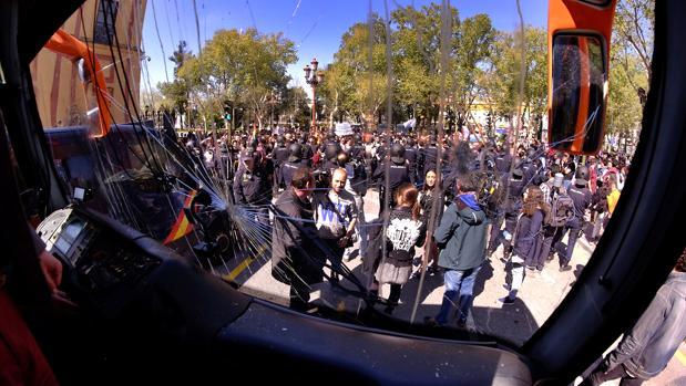 El estado en que quedó el parabrisas delantero del autobús de Hazte Oír tras su paso por Sevilla