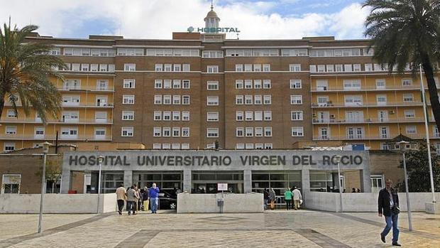 Fachada del hospital Virgen del Rocío, donde se vendieron 350.000 euros en premios