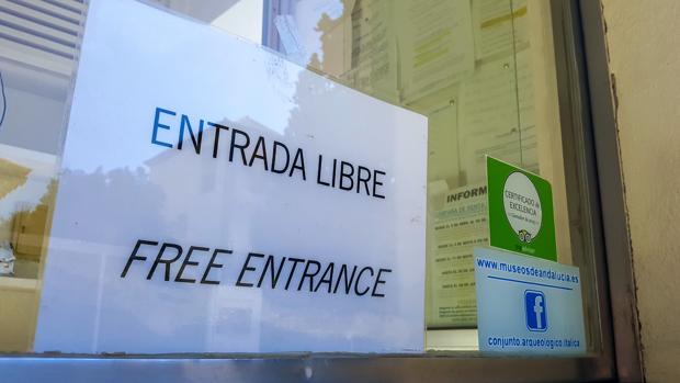 Un cartel anuncia la entrada libre en Itálica