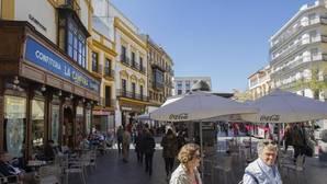 El Ayuntamiento retira los veladores de La Campana con protección policial
