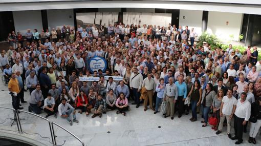 La foto de grupo en el acto de apoyo a Juan Bueno reunió a unas 500 personas
