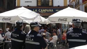 La Policía se personó ayer en La Campana para la retirada de veladores