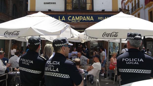 La Policía se personó este lunes en La Campana para la retirada de veladores