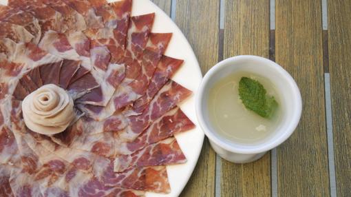 Un plato de jamón y caldito de puchero