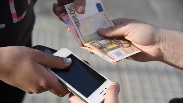 La Guardia Civil investiga el robo de tres telefonos móviles en un centro comercial