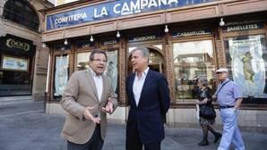 Alberto Díaz, portavoz municipal del PP, con el gerente de La Campana, Borja Fernández