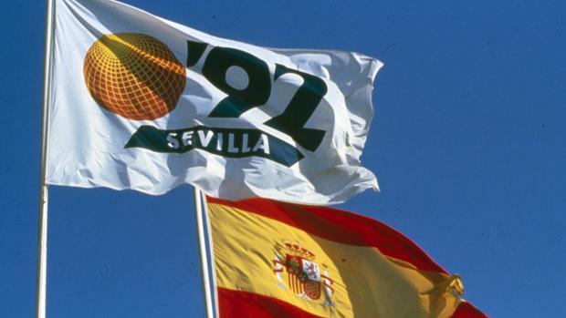 Las banderas de la Expo '92 de Sevilla y la de España ondearon en La Cartuja desde el 20 de abril de 1992