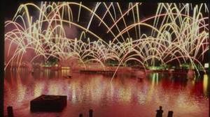 Fuegos artificiales en el Lago de España en el espectáculo cotidiano