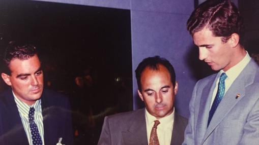 Luis Gresa, a la izquierda; Javier Mateo, director del Pabellón de Aragón, y Felipe de Borbón en 1992, entonces Príncipe de Asturias y hoy Rey de España