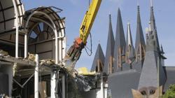 Pabellón de la Santa Sede, siendo demolido en 2008