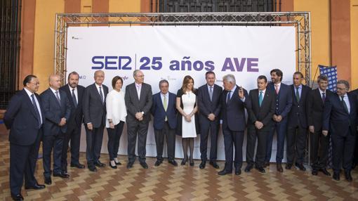 Foto de familia de las autoridades invitadas al acto