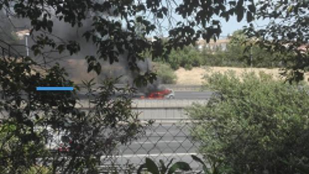 Uno de los vehículos ardiendo en la A-49
