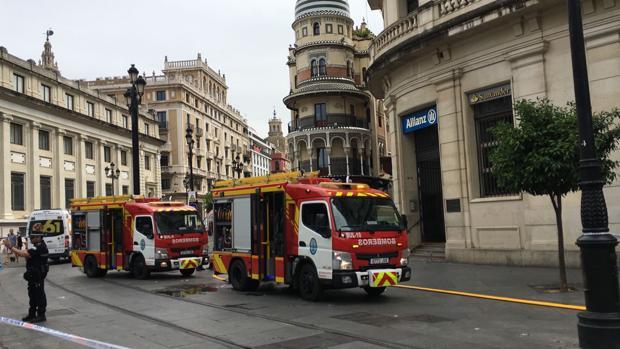 Hasta cinco dotaciones de bomberos se han desplazado al edificio para sofocar el indencio