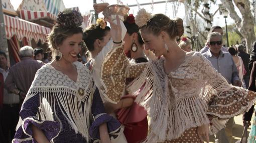 Un grupo de jóvenes bailan en la Feria