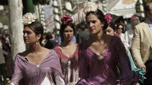 Un grupo de flamencas paseando por la Feria