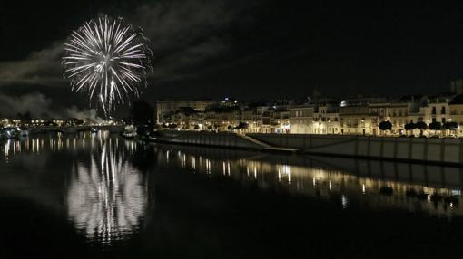 Fuegos artificiales el último día de la Feria vistos desde el Puente de Triana