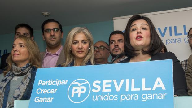 La candidata de los críticos del PP de Sevilla, Virginia Pérez, ante su lema «Unidos para ganar»