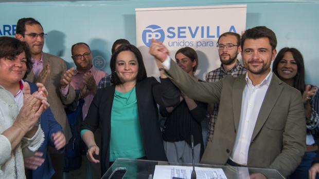 La portavoz del PP en la Diputación de Sevilla, Virginia Pérez, junto a Beltrán Pérez