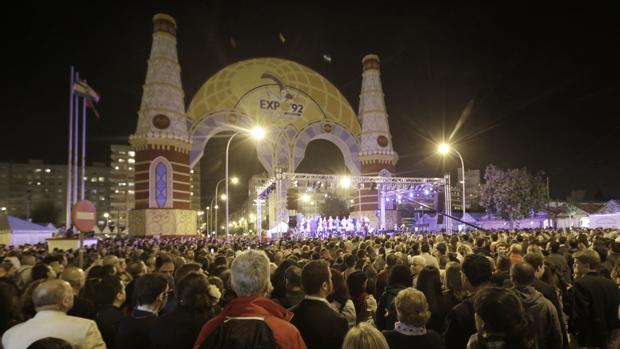 Público reunido el sábado para el alumbrado de la Feria
