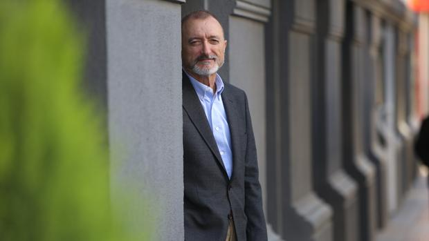 Arturo Pérez-Reverte, en una entrevista realizada en el Hotel Colón
