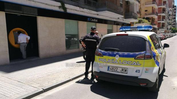 La Policía Local ha detenido a un hombre que intentaba robar a una vecina de Los Remedios