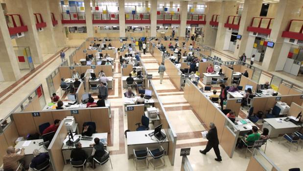 Trabajadores públicos en una oficina de Hacienda