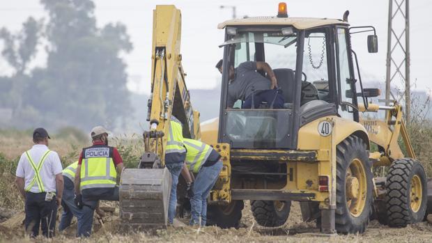 Una excavadora trabaja en la cuarta jornada de la búsqueda del cadáver de Marta del Castillo, asesinada en 2009