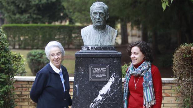 Las hermanas María Jesús Apesteguía y María Huertas, junto al busto de Ormieres en el colegio