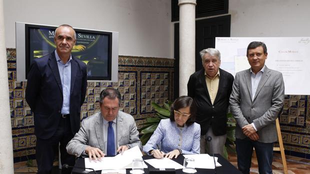 El alcalde, Juan Espadas, y la consejera de Cultura, Rosa Aguilar, firmando un acuerdo del Año Murillo
