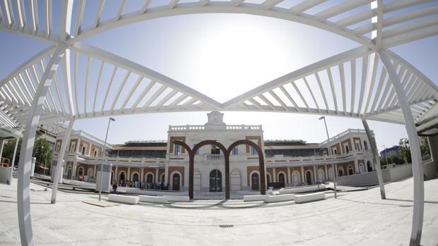 Vista de la vieja estación remozada y la nueva plaza pública