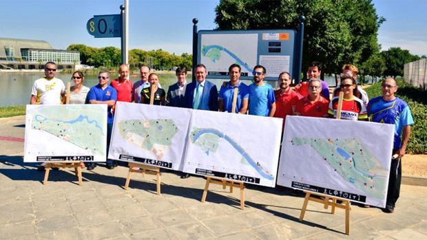 El alcalde de Sevilla, Juan Espadas, el delegado de Deportes, David Guevara y miembros de clubes deportivos