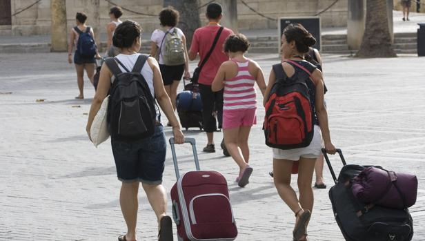 Varias turistas con maletas en las inmediaciones de la Catedral