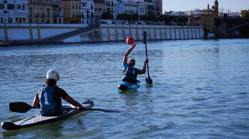 Práctica del kayak polo frente a la calle Betis