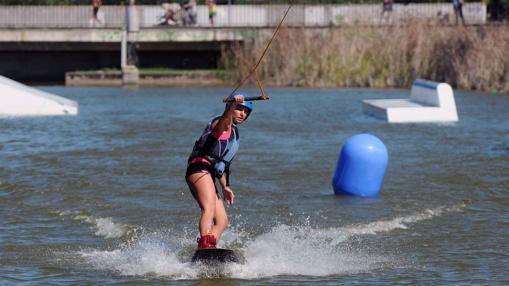 Una chica disfrutando del wakeboard en el cable ski del parque del Alamillo