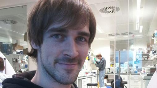 El sevillano Guillermo lleva cuatro años investigando el cáncer en Reino Unido
