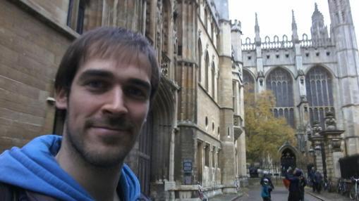 El biólogo sevillano en el centro de Cambridge, a donde llegó en 2011
