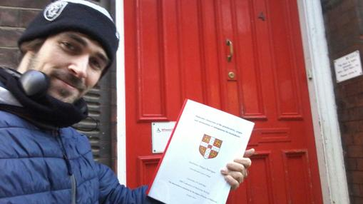 Guillermo entregando la tesis en la famosa puerta roja de la Universidad de Cambridge